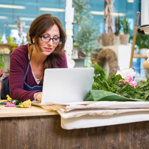 kvinnlig företagare som funderar över om en investering ä bra Froda Blogg